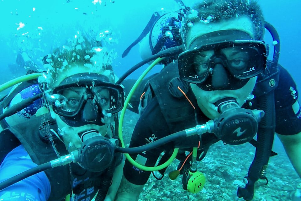 the wander lovers scuba diving in the gilis
